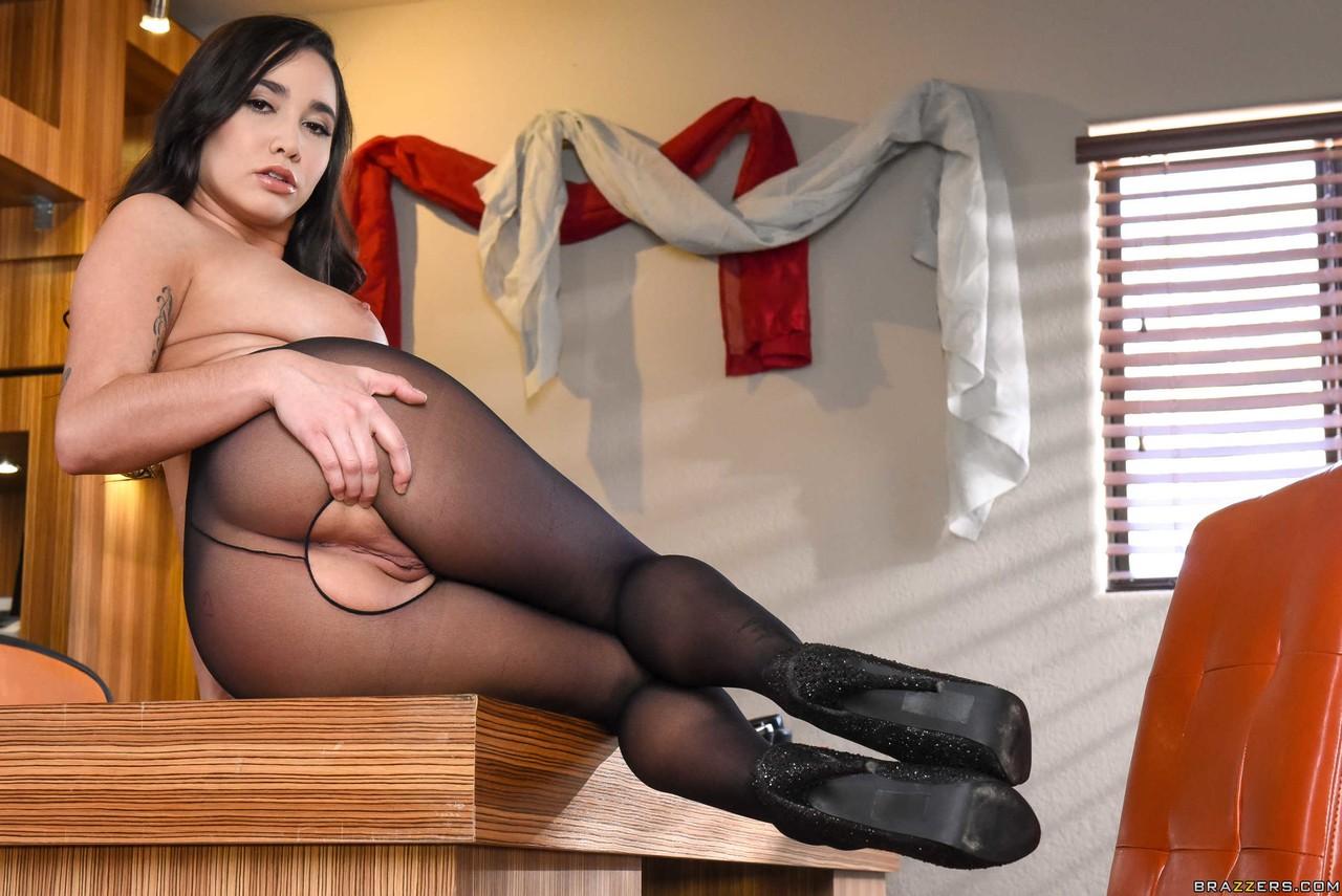 Азиатка с огромными сиськами и в колготках с вырезом встает раком
