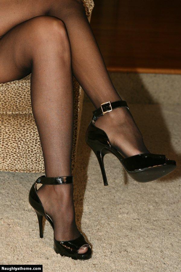 Роскошная мамочка-красотка в черном белье Desirae Spencer спускает свое короткое красное платье