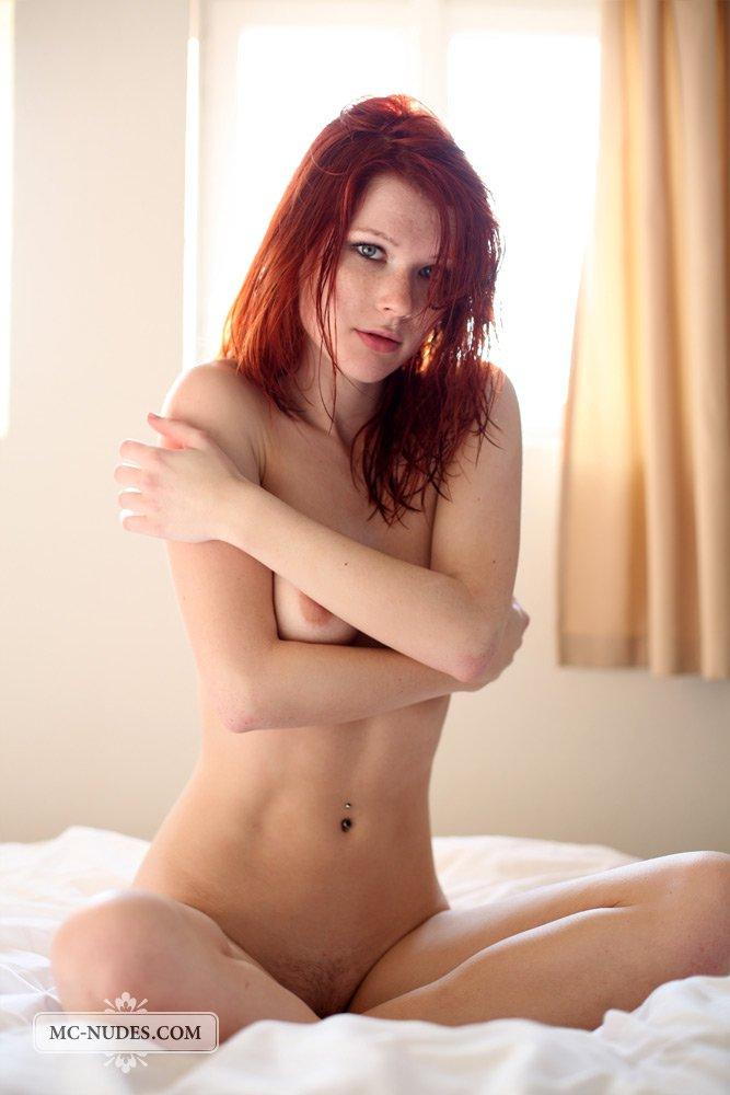 Игривая девочка-подросток Mia Sollis на постели, дает солнышку осветить не прикрытое тело