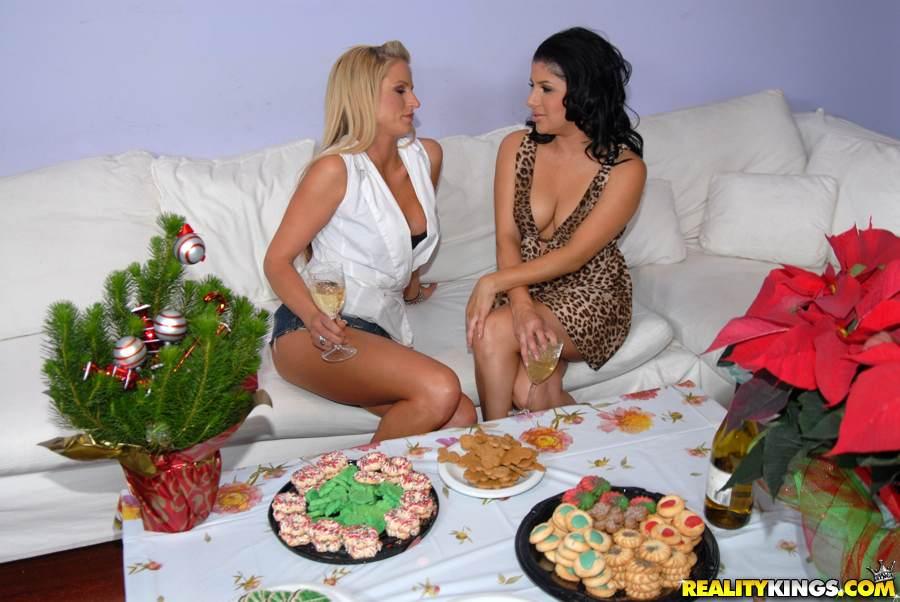 Sativa Rose и Brooke пьют шампанское и потом занимаются лесбийским перепихоном