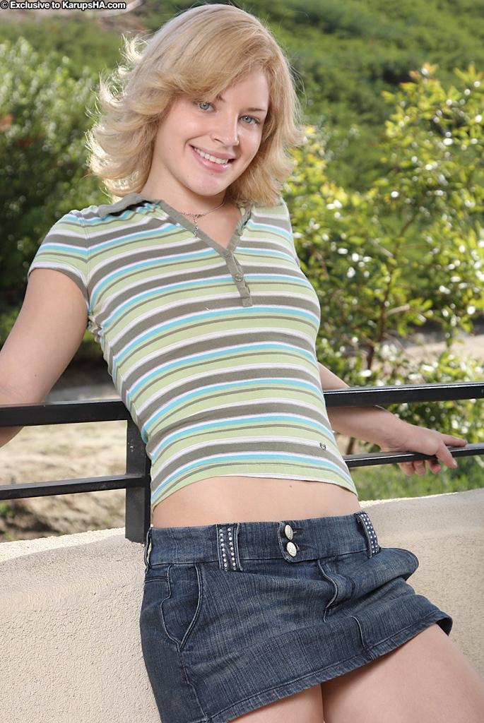 Игривая блондинка с детской кожей Ally Ann полностью оголилась на балконе