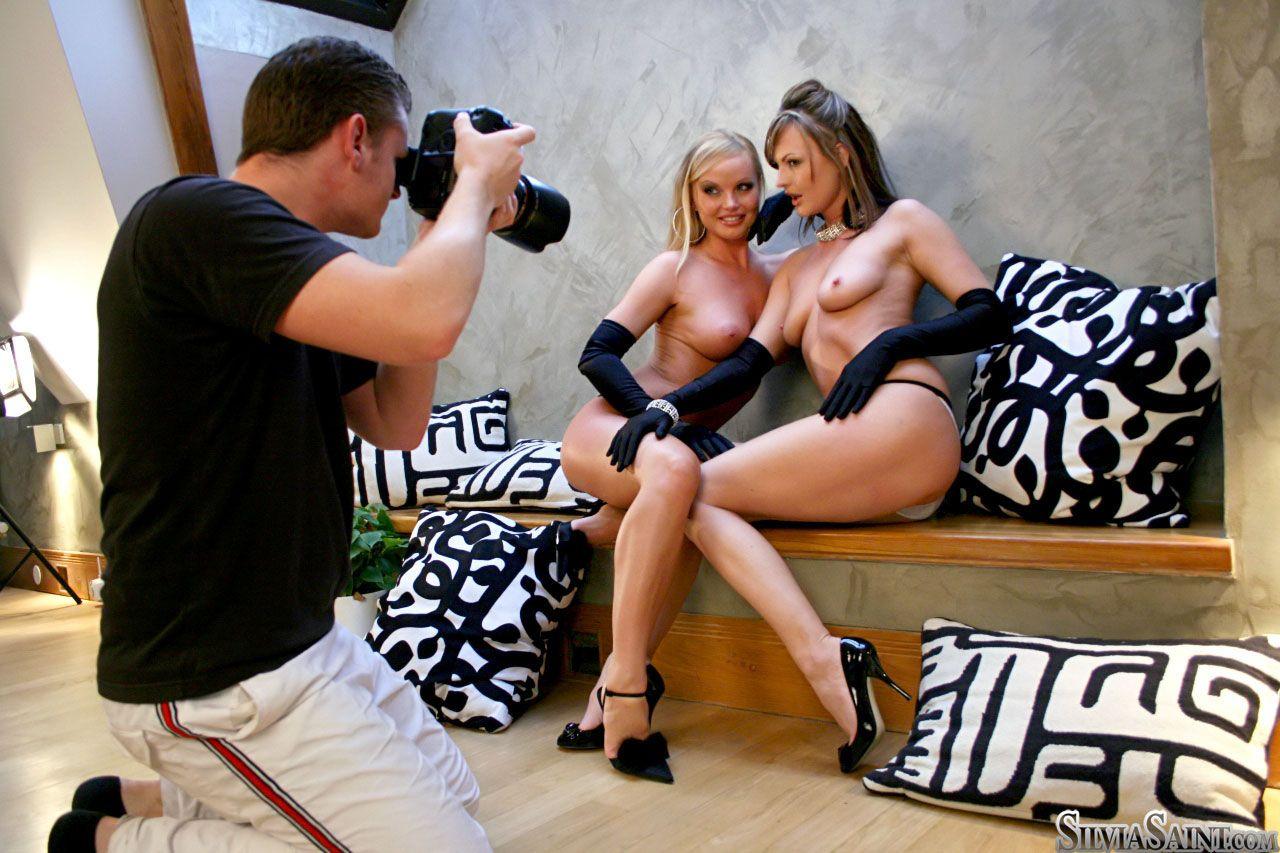 Неимоверно развратная фотосессия от извращенки Sandra Sanchez и Silvia Saint, они только в перчатках