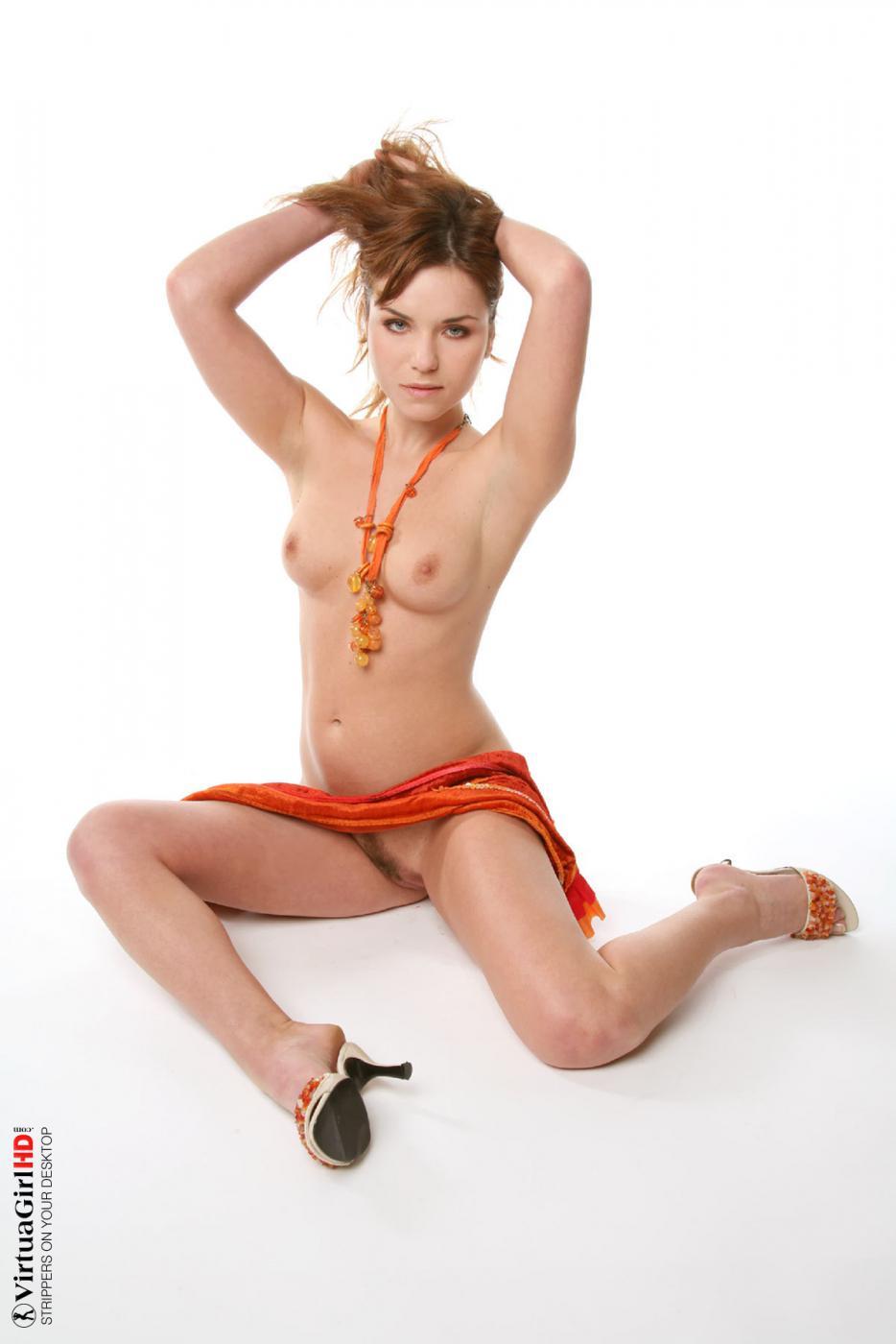 Возбуждающая Lucie O вот-вот снимает платье в этой популярной сотфкорной галерее