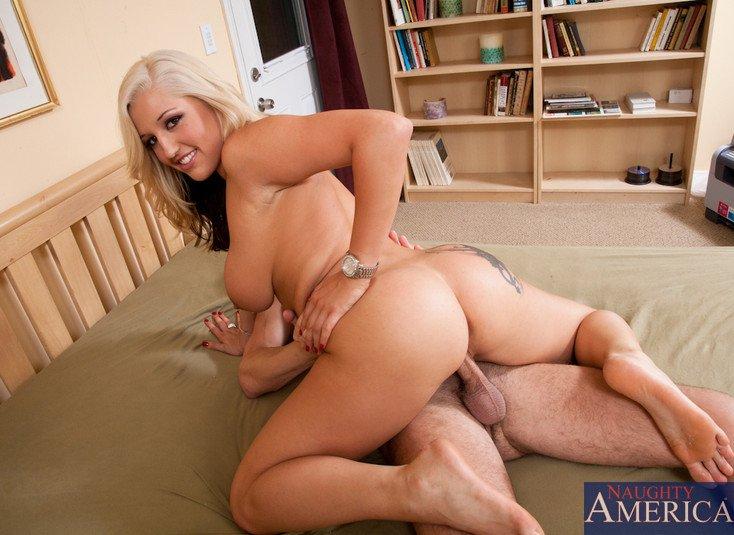 Парнишка трахает роскошную блондиночку Dayna Vendetta и покрывает ее груди спермой