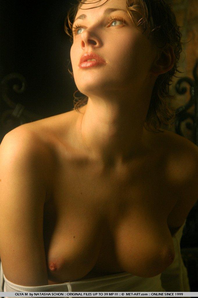Возбуждающая баба Olya M в эротической фотосессии