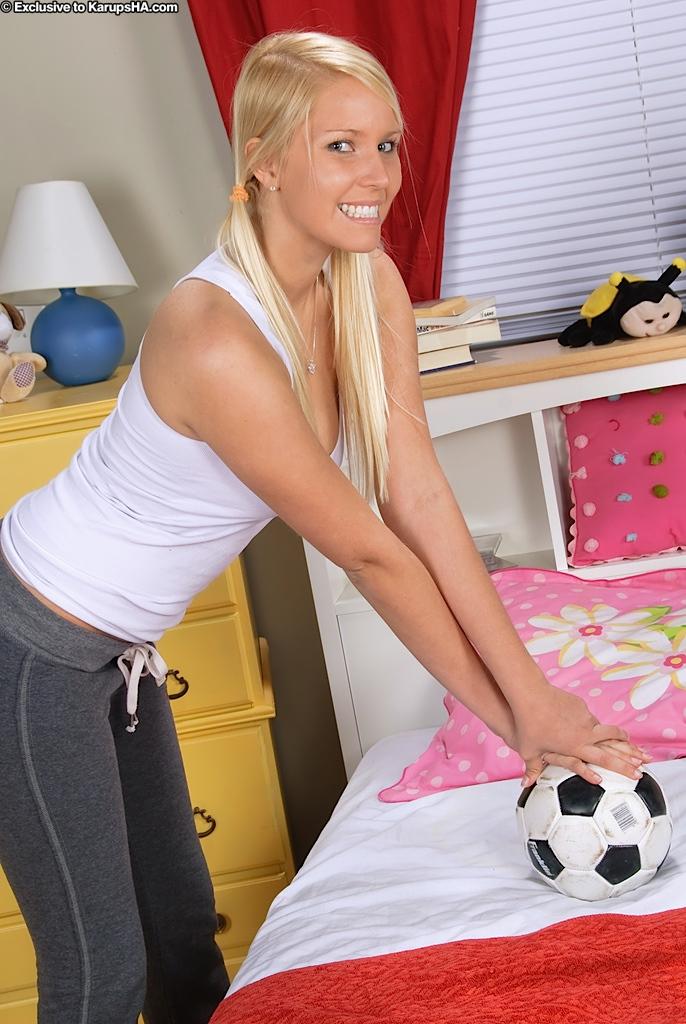 Светловолосая девочка-подросток с сексуальной улыбкой Vanessa Cage стаскивает красные бикини, чтобы продемонстрировать выбритую писю