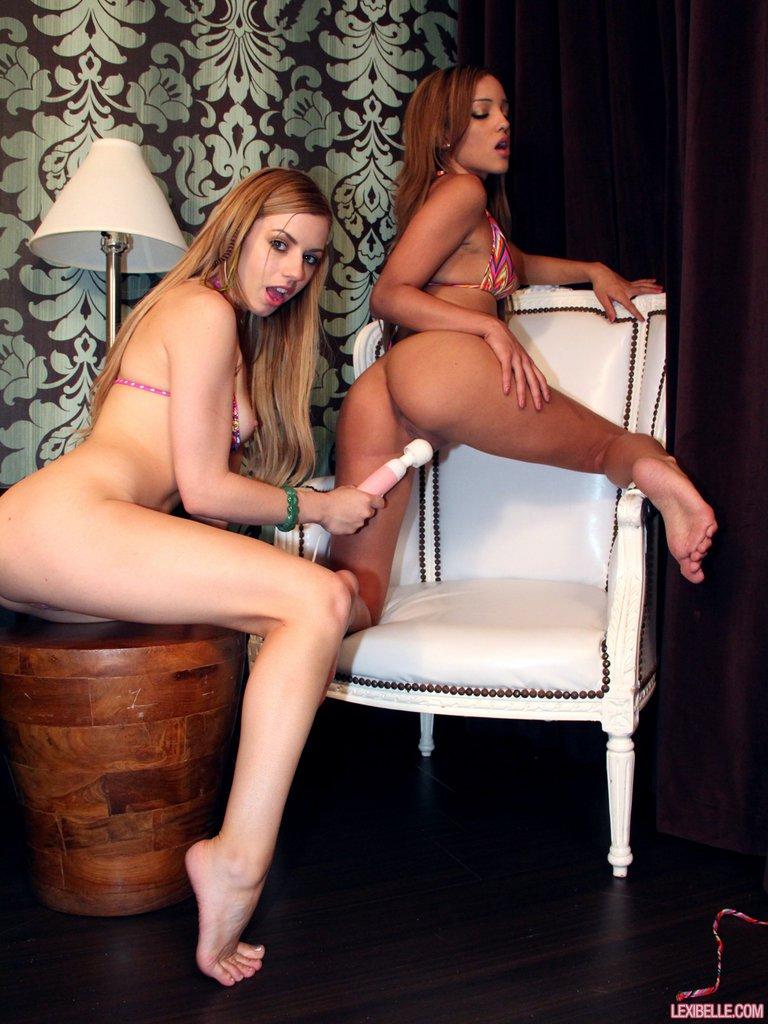 Lexi Belle и ее соседка с чистенькой писей Melanie Rios занимаются лесбийским поревом в постели