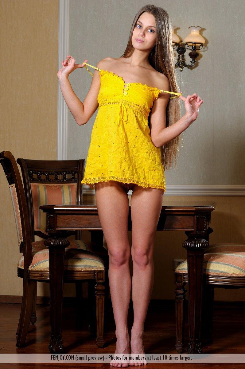 Изысканная красотка Kristel A стягивает свое желтое платье и показывает свою ухоженную дыру и большой клитор