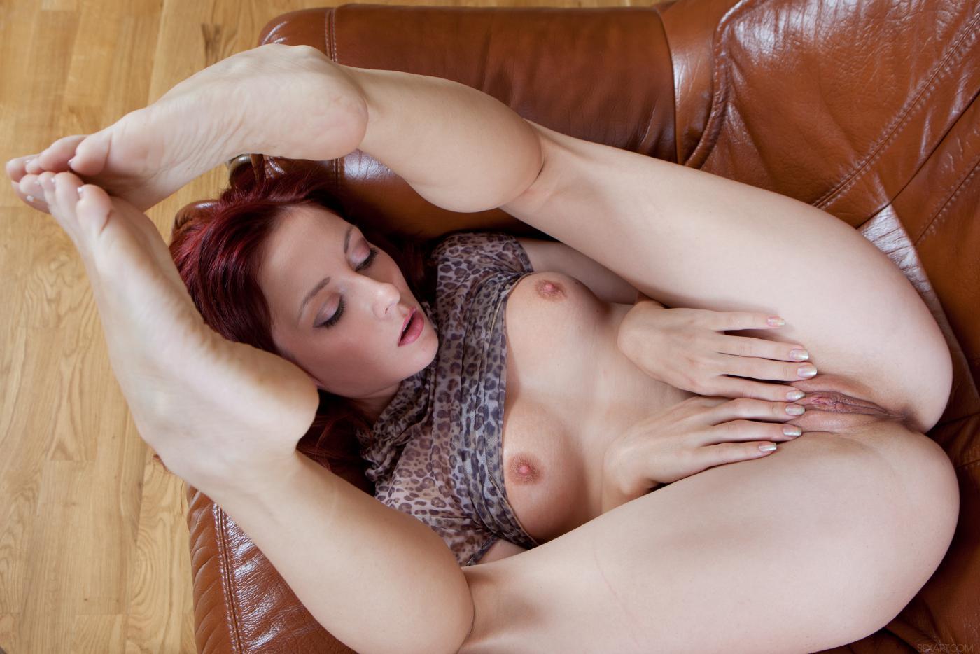 Эта истосковавшаяся по сексу красотка Night A безостановочно мастурбирует и трахает пальцами свои груди