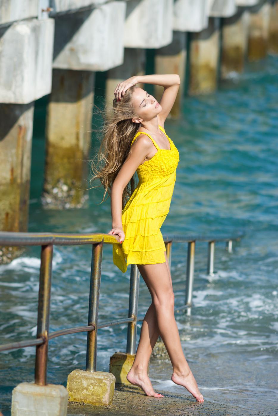 Дерзкая красотка Lizel A теряет желтое платье и открывает похотливые сиськи  и чисто бритую вагину