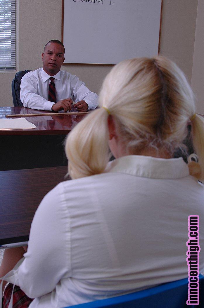Учитель вывалил суровый фаллос чтобы воткнуть в бритую пизду Kylie Morgan