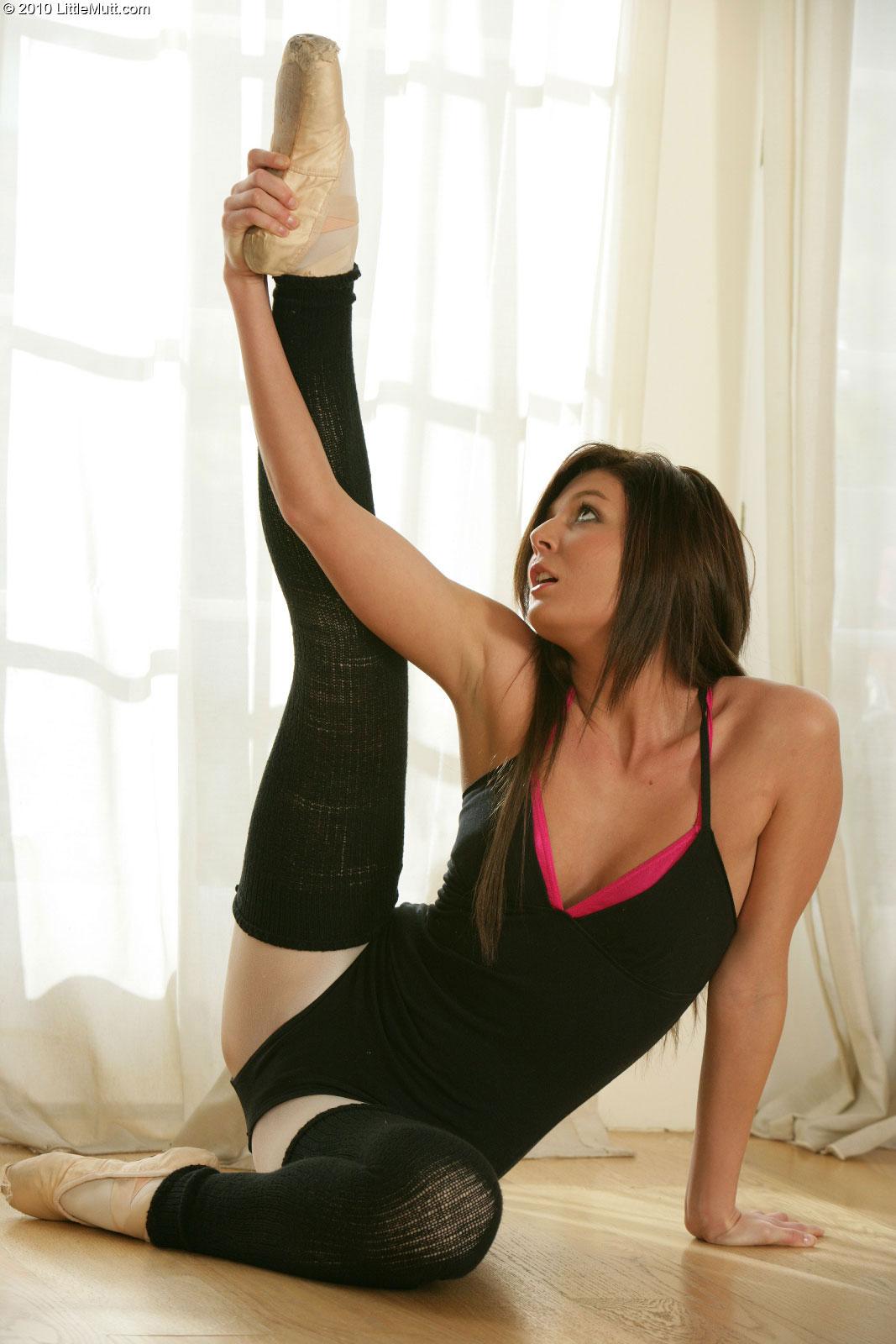 Гимнастка с без одежды ногами Blair Daniels вставляет стеклянную игрушку в свою лысую киску