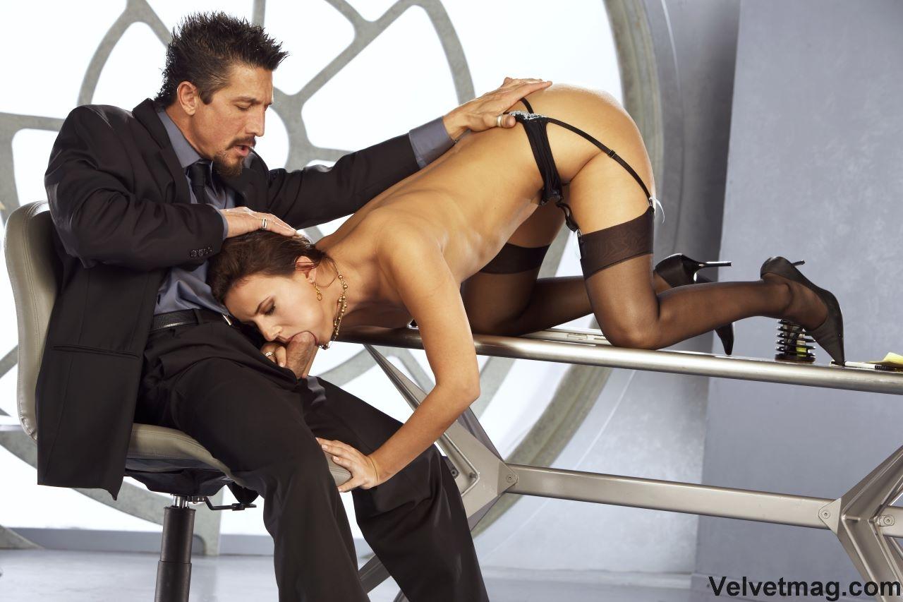 Возбуждающая офисная работница Claudia Rossi спускает стринги и отдает свою писю на растерзание члену