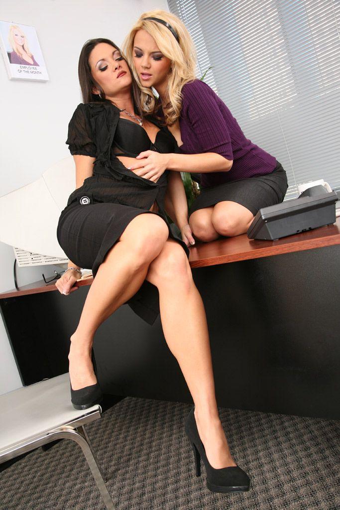 Пошлые лесби Ashlynn Brooke с девушкой занимаются любовью друг с другом дилдо в офисе