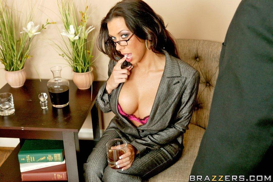 Охренительная очкастая секретутка с отличным туловищем Rachel Starr снимает нижнее белье, а потом ее жестко имеют