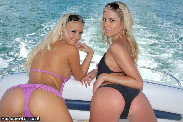 Прекрасные любовницы на яхте