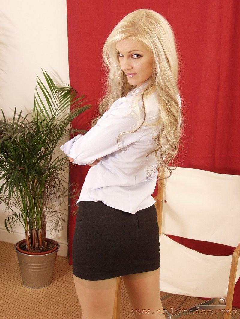 Блондинка Vicky Holloway в черных сапожках и носках, обнажает свою сексуальность