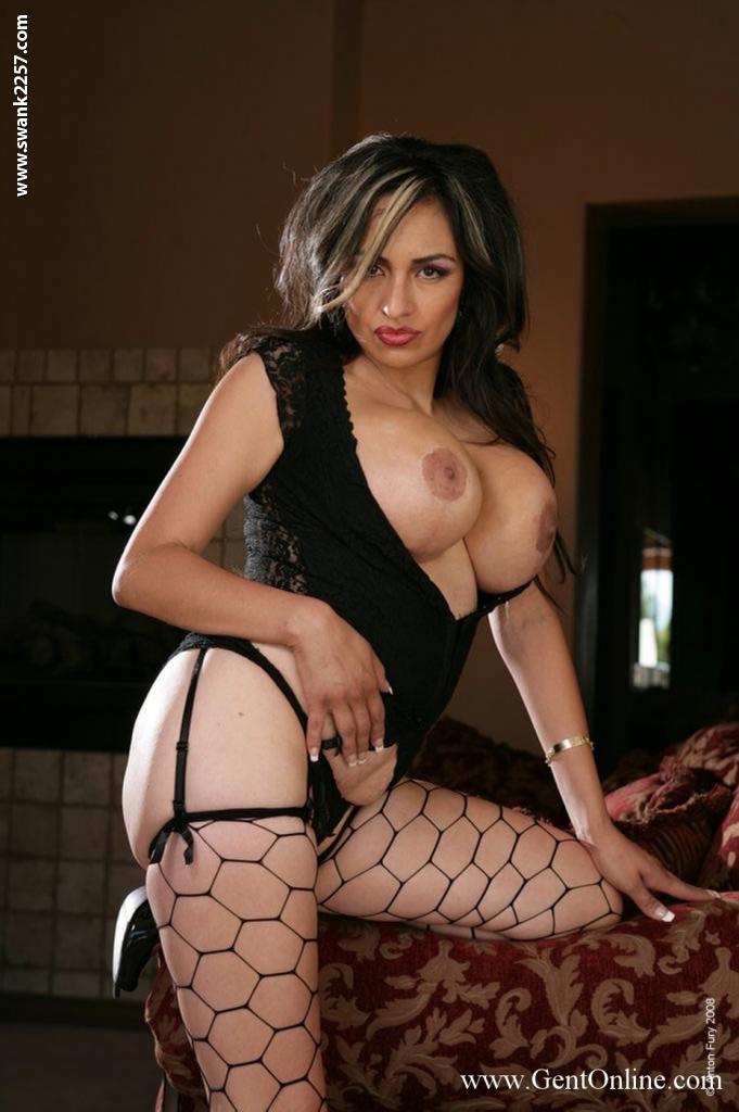 Латинская девушка Chica Caramelo показала крупные титьки и вагину на ковре
