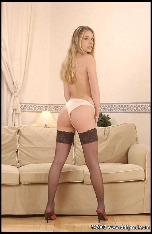 Грязная блондинка с мелкими буферами и в чулках Lucie Stratilova бреет писю на диване