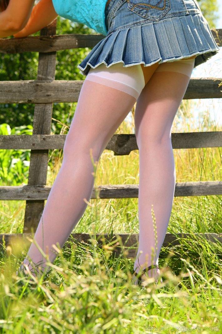 Деревенская шлюха в носках и с ослепительными сиськами - Amy G