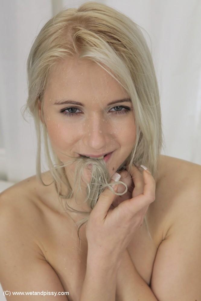 Похотливая блондинка обливает себя мочой