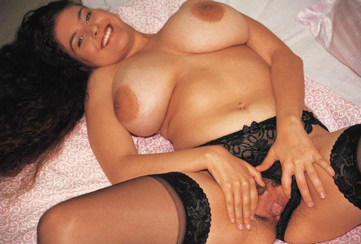 Длинноволосая мамочка-брюнетка в гетрах Denise Davies показывает пушистую щелку и массивные сиськи