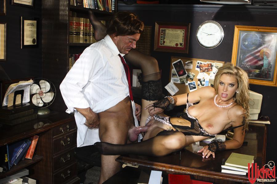 Сексуальная Brooke Banner в белье и носках наслаждается жестким сексом