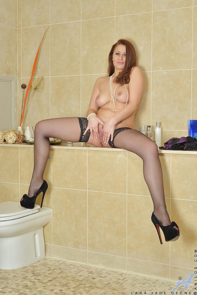 Jade Deene в ванной комнате обнажает стриптиз