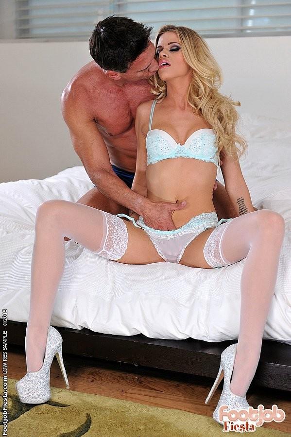 Блондинка в белых чулках онанирует болт ногами