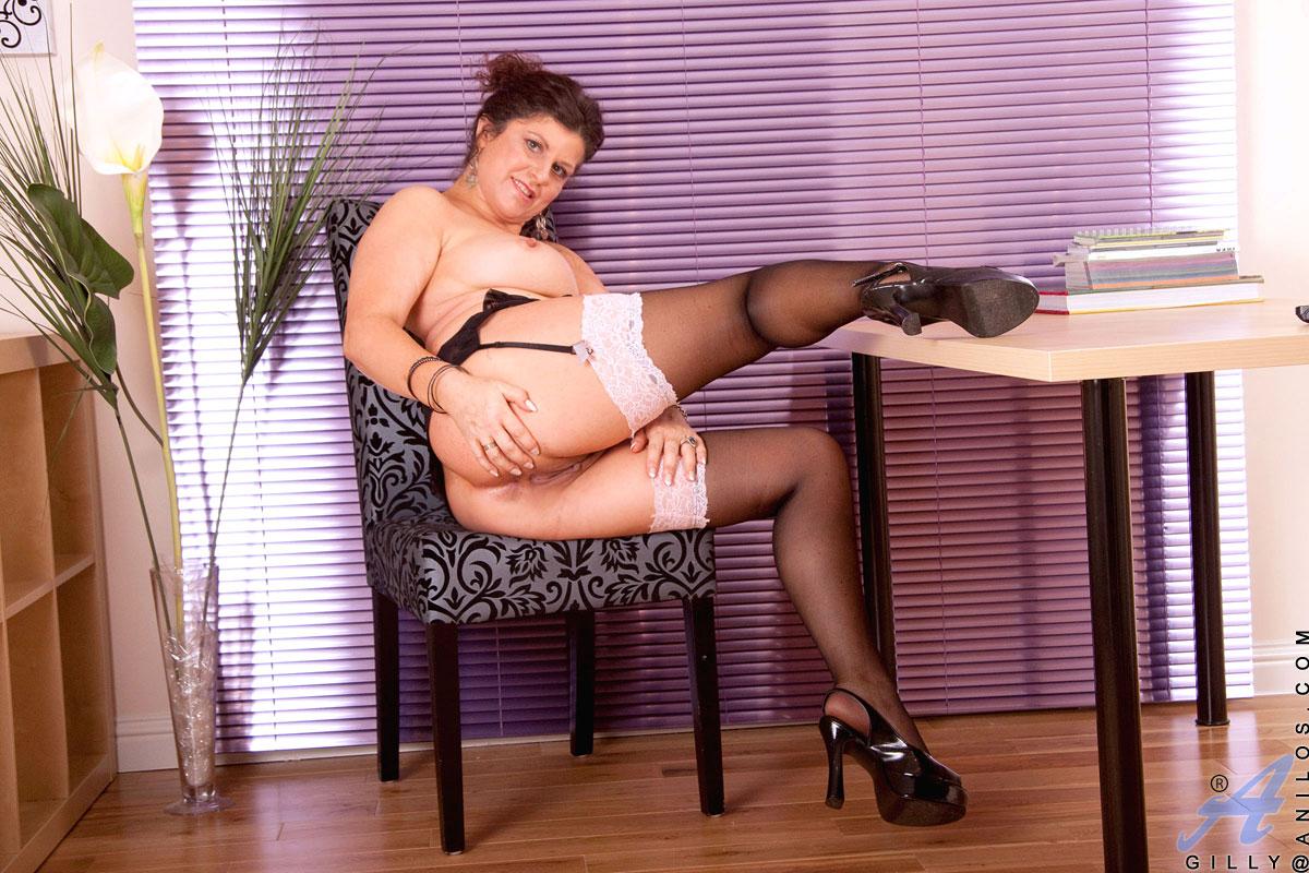 Взрослая шатенка с громадной задницей - Gilly Sampson