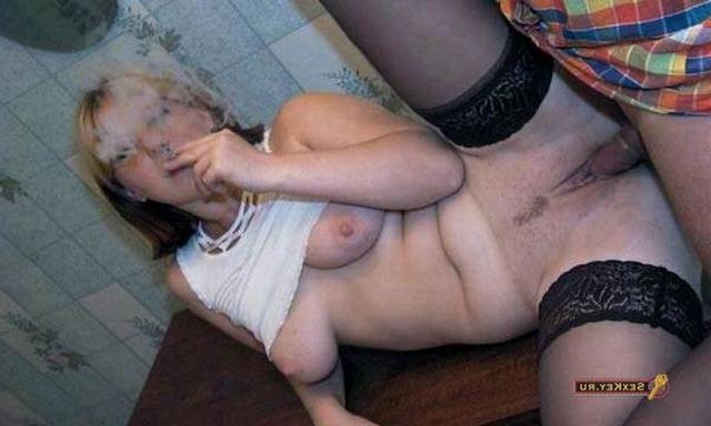 Тёлка покурила во время вагинальной порки