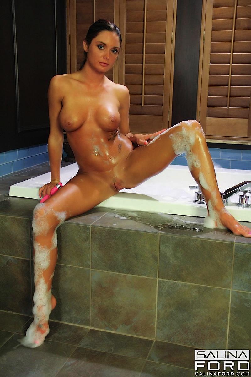Извращенка Salina Ford вылазит из ванной, чтобы помастурбировать