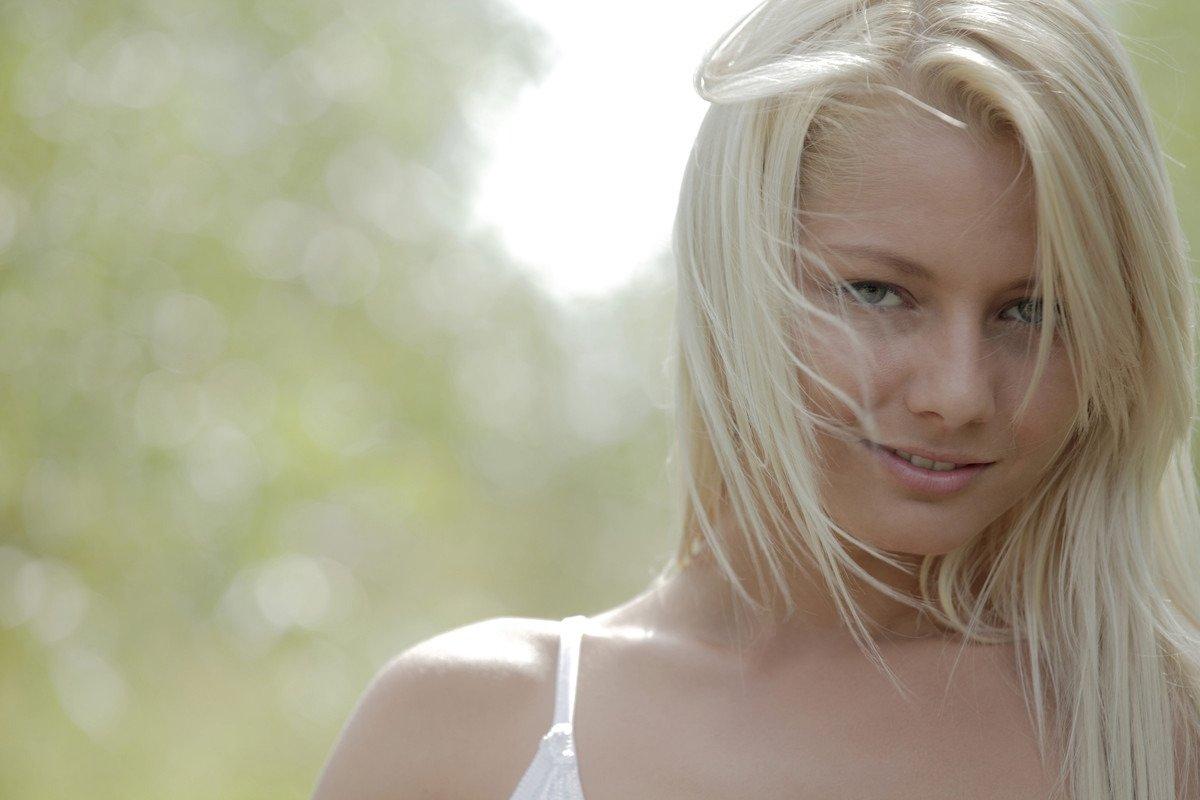Милая модель со свелыми волосами невероятно притягательна и пользуется этим во время профессиональной фотосессии