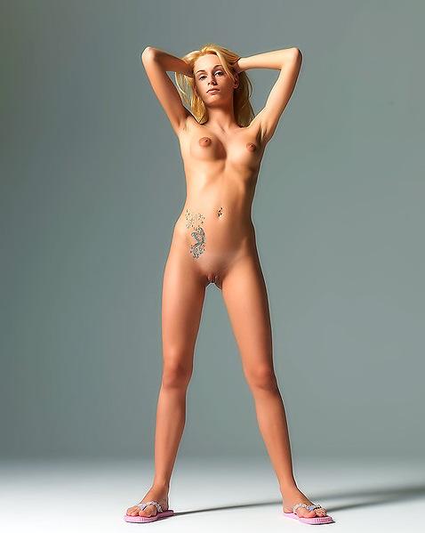 Стройная модель со свелыми волосами сняла свои джинсы, что бы показать мокрую письку