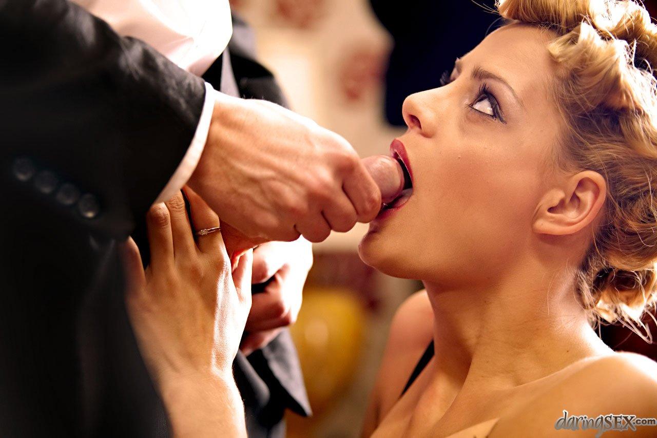 Пышногрудая леди в эротическом белье Chloe Conrad поворачивается спиной к пареньку и наслаждается его фаллосом в своем анале