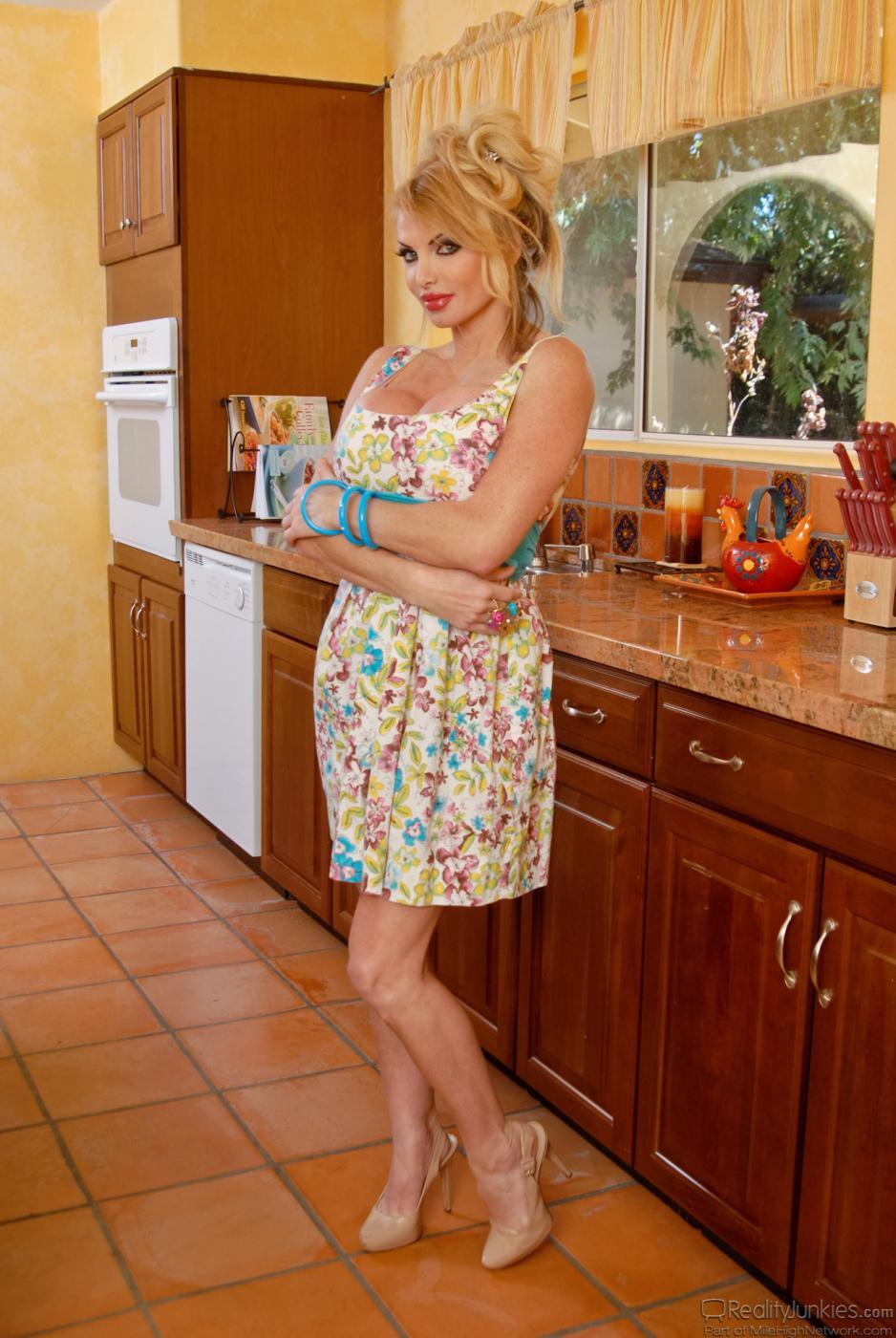 Горячая блондинка Taylor Wayne в нижнем белье выставляет напоказ свою гигантскую сраку и грудь