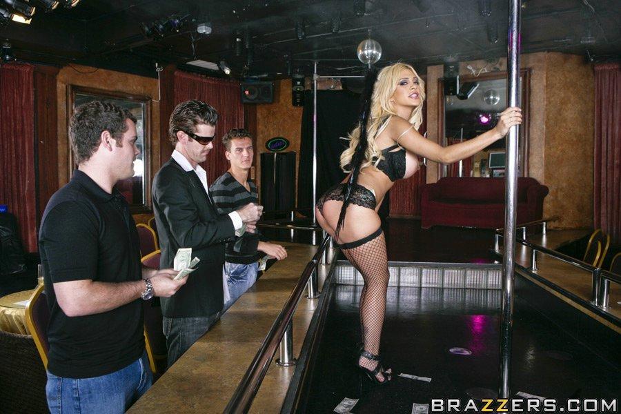 Сисястая Carmel Moore в черном нижнем белье танцует в стриптиз-баре и дает трахнуть себя в задницу