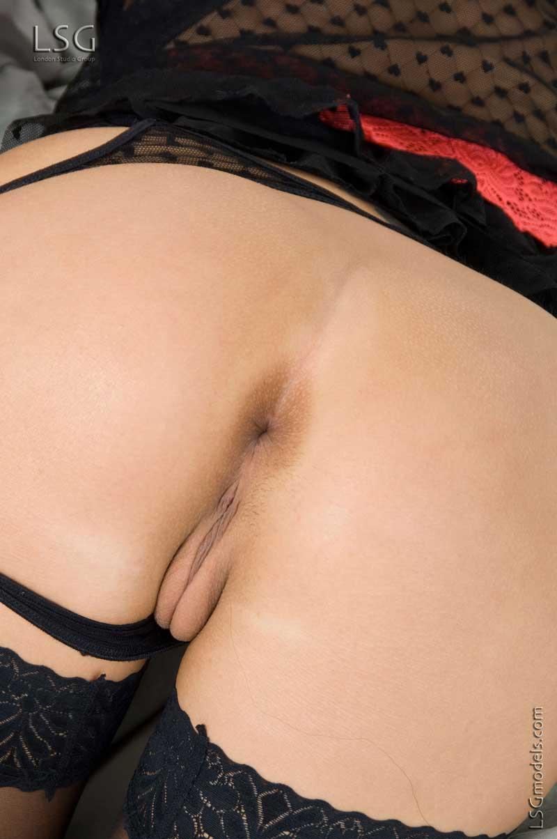 Смуглая чешская красотка Sonia Red в нижнем белье хвастается выбритую европейскую вагину
