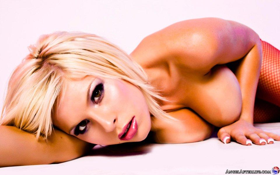Сексуальная блондинка Kenzi Marie фоткается в красном нижнем белье и сетчатых чулочках