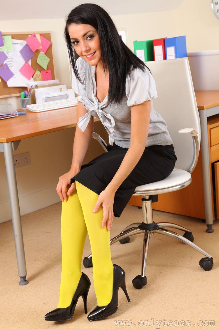 Нарядная шатенка Bryoni Kate спускает нижнее белье, а потом спускает желтые колготки