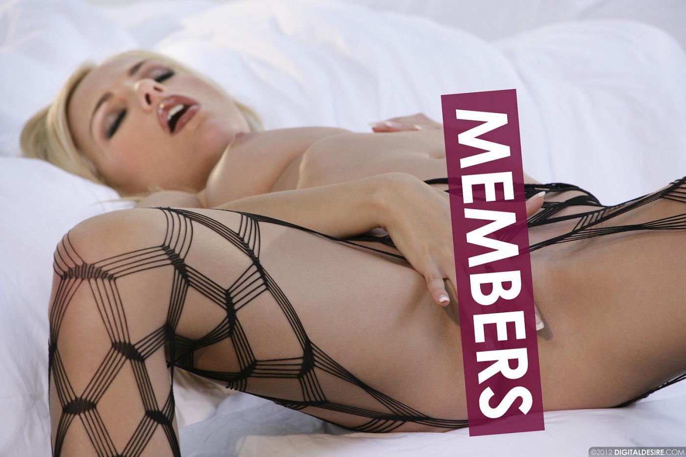 Сексуальная блондинка с торчащими дойками Crystal Klein снимает свои джинсы и позирует в сетчатых колготках