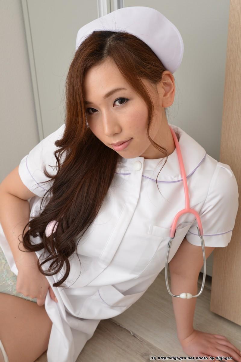 Полуобнаженная медсестра японка