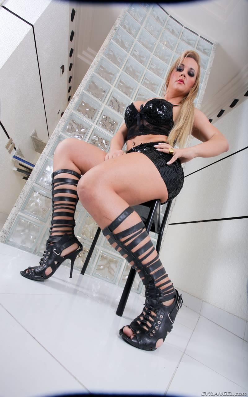 Синтия Сантос - блистательная блондинка, которая готова подставить свое вагину для траха