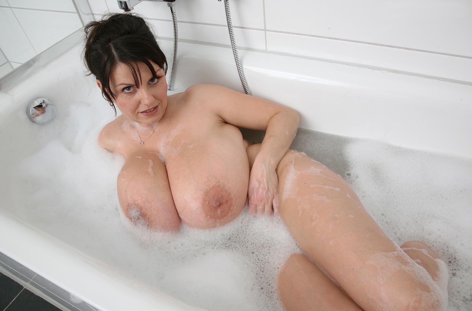 Грудастая мама в пенной ванне