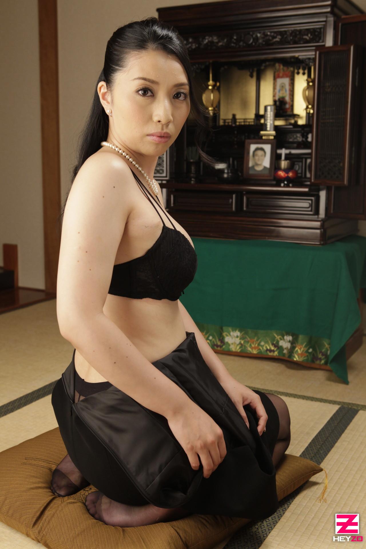 Девушка с узкими глазами Цуяко Йошино делает селфи раздетой