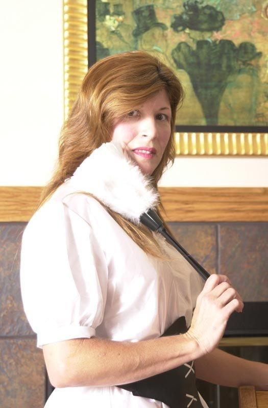 Опытная дама принимается за уборку, но в итоге все заканчивается эротической фотосессией